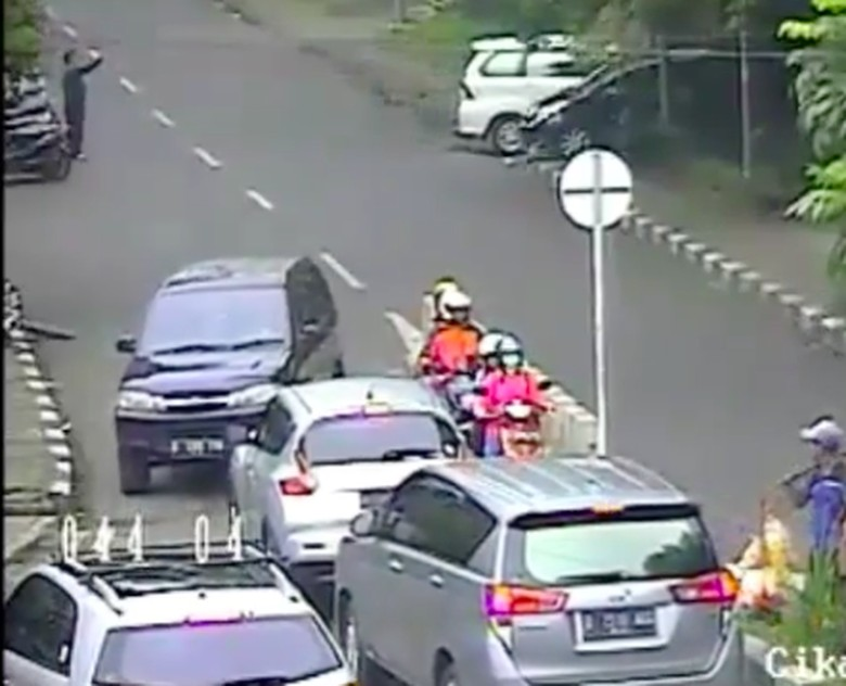 Mobil Lawan Arus Dikepung dan Disuruh Mundur ke Jalan yang Benar Foto: Pool (instagram)