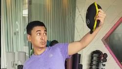 Kebanyakan artis nge-gym dengan cara yang benar supaya hasilnya optimal. Namun, berbeda dengan komedian Raditya Dika yang nge-gym dengan gaya yang nyeleneh.