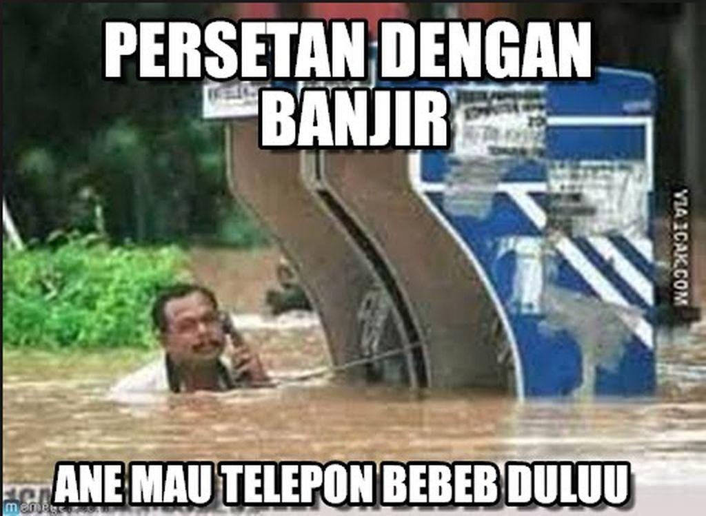 Banjir tetap diterjang demi sang pacar. (Foto: Internet)
