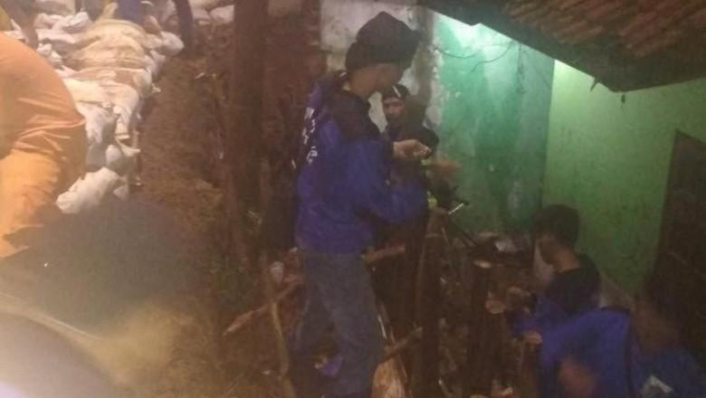 Diguyur Hujan Ekstrem, Tebing Jalan di Lenteng Agung Longsor
