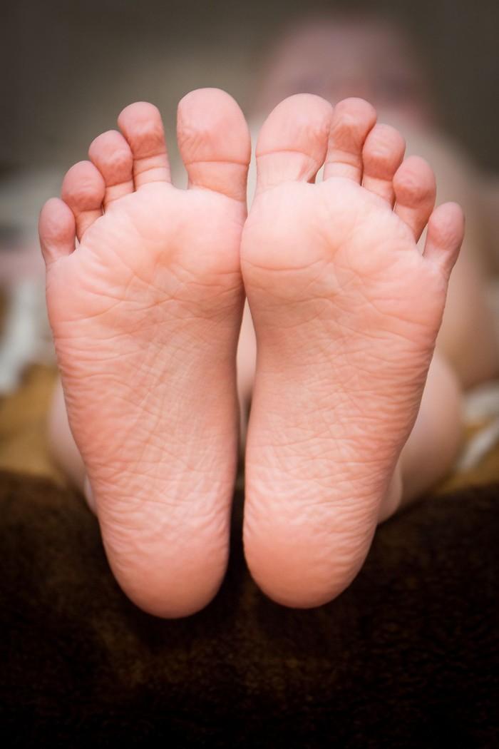 Keriput setelah memakai sepatu yang basah diakibatkan dari respon saraf simpatik tubuh. Penjelasan lain menyebutkan karena adanya penegangan pada pembuluh darah yang menyempit saat terendam air. (Foto: Ilustrasi/Thinkstock)