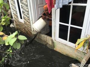 1 Rumah di Jatipadang Terendam, Pasukan Oranye Kuras Pakai Ember