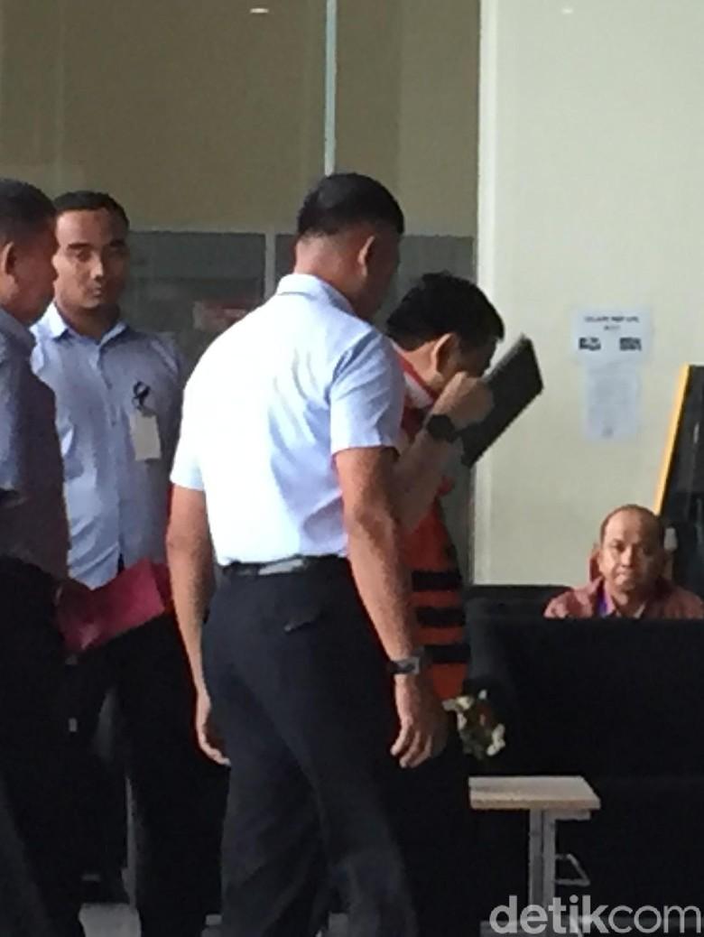 Ekspresi Setya Novanto Saat Diperiksa KPK Sehari Sebelum Disidang