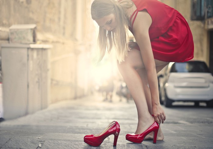 Memakai sepatu basah terlalu lama akan membuat Anda tidak nyaman karena terganggu dengan adanya berbagai dampaknya seperti bau kaki atau kaki yang gatal. Waduh, mulai sekarang harus sedia sepatu cadangan nih! (Foto: Ilustrasi/Thinkstock)