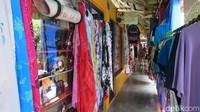 Foto: Di lantai ada jualan baju-baju bertema Seychelles yang juga bisa dibeli wisatawan. Di belakang ada kafetaria untuk wisatawan berwisata kuliner. Suvenir juga dijual di sini (Fitraya/detikTravel)