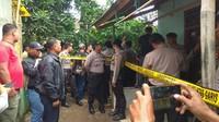 Untuk menyelesaikan penyelidikan itu, polisi menggelar rekonstruksi di rumah petak mereka tinggali di Dusun Sukamulya, Desa Pinayungan, Kecamatan Telukjambe Timur. Aparat memasang garis polisi di tempat korban dan suaminya tinggal.