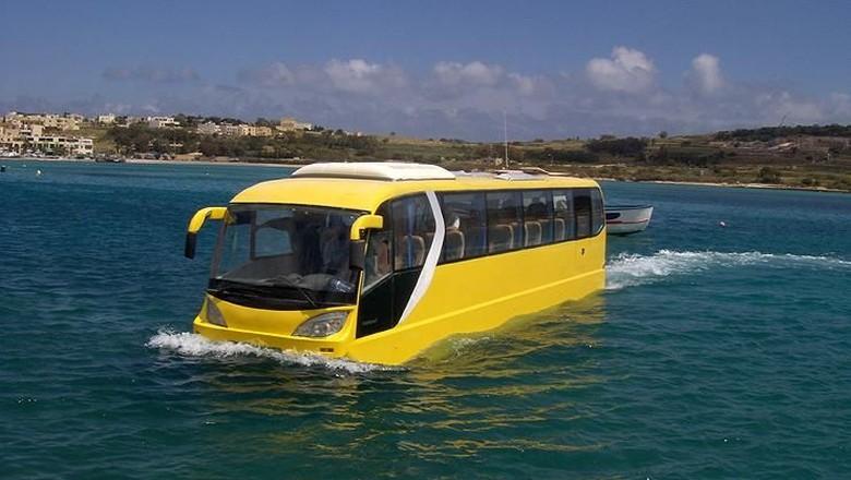 Di Malta terdapat terobosan kendaraan yang bisa melayani tranportasi baik di darat maupun di air, salah satunya bus aphibi ini.