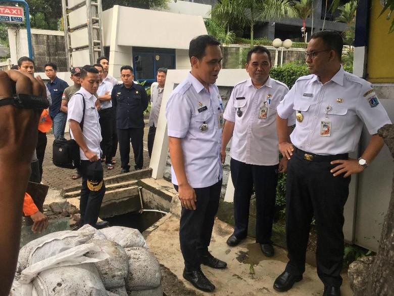 Anies Sebut Lumpur dan Kabel Jadi Penyebab Banjir di Rasuna Said