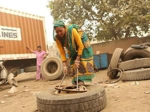 Viral, Wanita 61 Tahun yang Dianggap Perkasa karena Jadi Mekanik Truk
