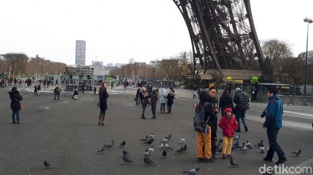 Turis yang sedang berada di bawah kaki Menara Eiffel (Afif Farhan/detikTravel)