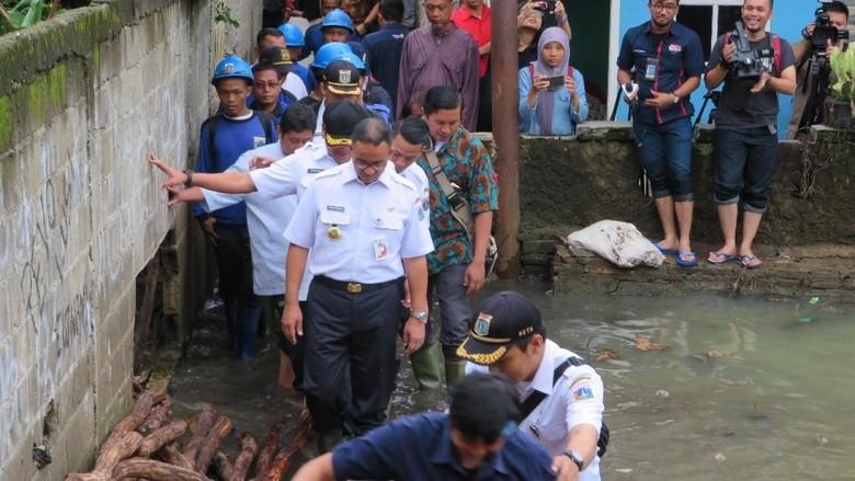 Anies Cek Perbaikan Tanggul Jebol di Jati Padang