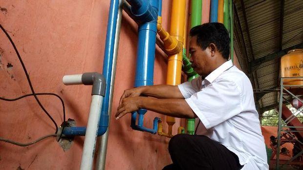 Biogas dari TPA Randegan dialirkan ke instalasi pemurnian gas.