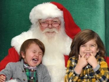 Ada yang happy banget, ada yang teriak histeris nggak mau dipeluk Santa. (Foto: Instagram @luximay)