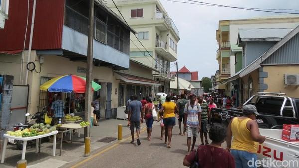 Foto: Suasana di depan pasar. Orang Seychelles, berbelanja ke sini setiap hari kecuali Minggu. Pasar ini dibangun di masa kolonial Inggris tahun 1840, lalu direnovasi tahun 1999 (Fitraya/detikTravel)