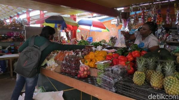 Foto: Di sebelah lainnya adalah penjual buah dan sayur mayur. Meski terpisah 5.600 km dari Indonesia, sayur dan buahnya sama juga lho (Fitraya/detikTravel)