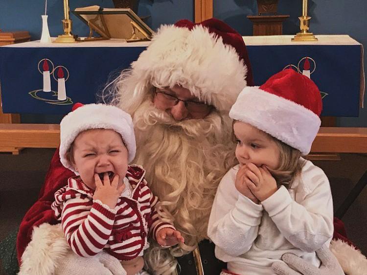 Sang kakak bingung mengapa adiknya menangis saat dipangku Santa. (Foto: Instagram @reallyrosemary)