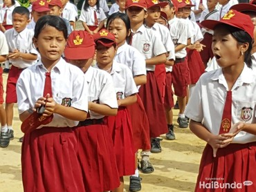 Topi sekolah boleh rusak, tapi semangat sekolah tetap membara. Hmm, jangan sampai semangat kita kalah sama anak-anak ini, Bun. (Foto: Nurvita Indarini)