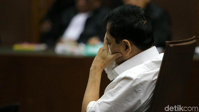 Dalam sidang hari ini, Setya Novanto kerap menunduk dan menutupi wajahnya dengan tangan (Foto: Agung Pambudhy)