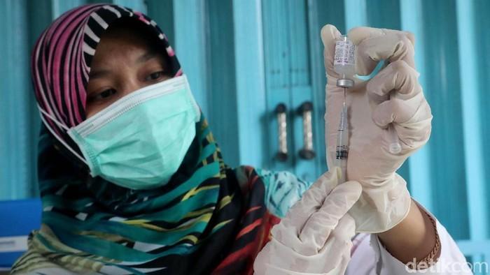 Petugas menyiapkan vaksin (Foto: Grandyos Zafna)