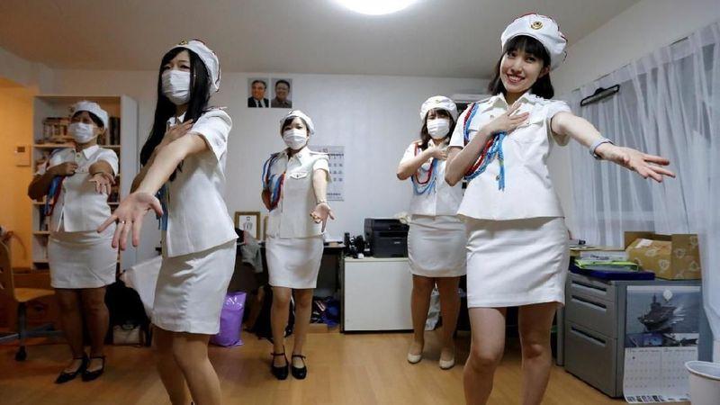 Sekelompok gadis di Jepang menyebut diri mereka sebagai North Korea Fans Club. Sesuai dengan namanya, mereka adalah cewek-cewek Jepang yang gemar segala hal yang berbau Korea Utara. (Toru Hanai/Reuters)
