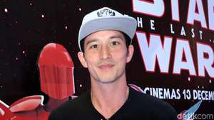 Mike Lewis Cool Tampil Kasual