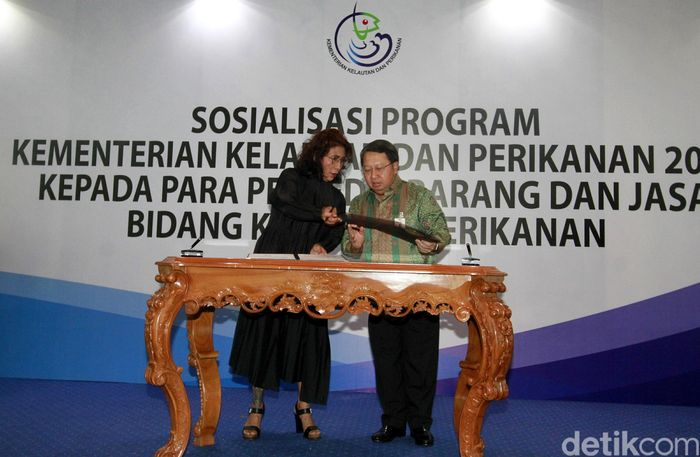 Menteri Kelautan dan Perikanan Susi Pudjiastuti dan Wadirut Bank Mandiri Sulaiman Arif Arianto menandatangani naskah kerjasama di Jakarta, Rabu (13/12/2017).