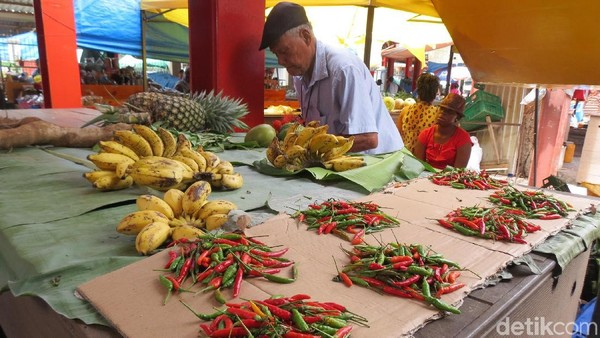Foto: Penjual pisang dan cabe rawit di Sir Selwyn Selwyn-Clarke Market. Ada lagi mangga, wortel, kentang. Soal harga tidak jauh beda dengan di Indonesia (Fitraya/detikTravel)
