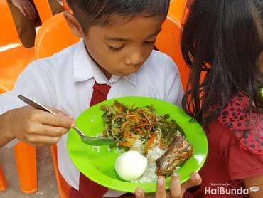 Ada nasi, sayur buncis, telur, dan ikan. Lengkap ya karbohidrat, sayur, dan lauknya. Ya, jangan sampai kita asal kenyang saat makan. Nutrisinya harus diperhatikan juga nih. (Foto: Nurvita Indarini)