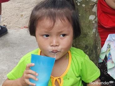 Glek, glek! Anak ini menutup sesi makan siang dengan segelas susu. (Foto: Nurvita Indarini)
