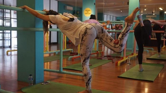 Barre conditioning saat ini identik sebagai olahraga wanita modern untuk membentuk tubuh ideal. Padahal melihat sejarahnya tidak seperti itu. Foto: Widiya Wiyanti/detikHealth