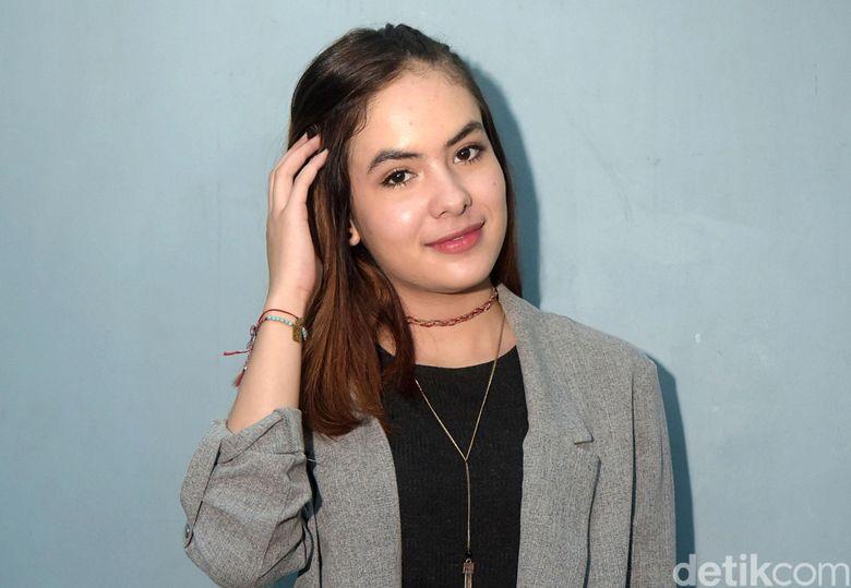 Artis muda Stefhanie Zamora tampil kala mengisi acara talkshow Rumpi: No Secret di Trans TV, Selasa (12/12).