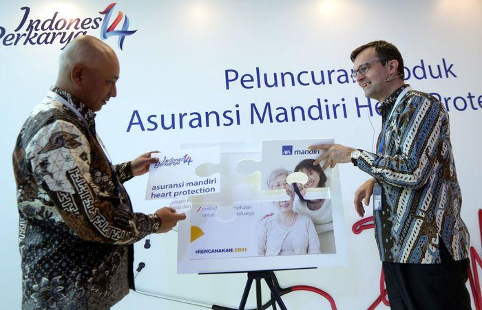 President Director PT AXA Mandiri Financial Services Jean Phillipe Vanderschrick (kanan) bersama Director of Alternative Channel AXA Mandiri Henky Octavianus (kiri) meluncurkan produk asuransi terbaru, Mandiri Heart Protection (MHP) di AXA Tower, Jakarta, Rabu (13/12/2017).