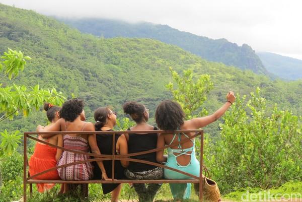 Para perempuan asli Seychelles sedang foto bersama. Beberapa turis dari India dan Eropa, juga datang menikmati kawasan ini (Fitraya/detikTravel)