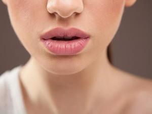 Agar Bibir Tak Kering dan Pecah-pecah Ini 8 Asupan yang Perlu Dikonsumsi