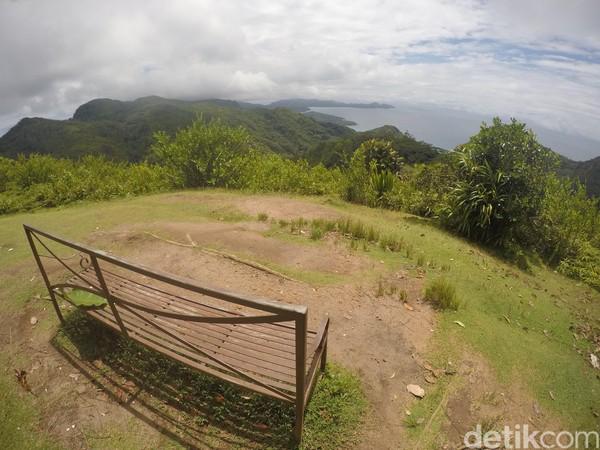 Pemandangan dari atas bukitnya memang asyik. Hutan tropis tampak menghampar. Pantai barat Pulau Mahe juga terlihat berlekuk indah (Fitraya/detikTravel)