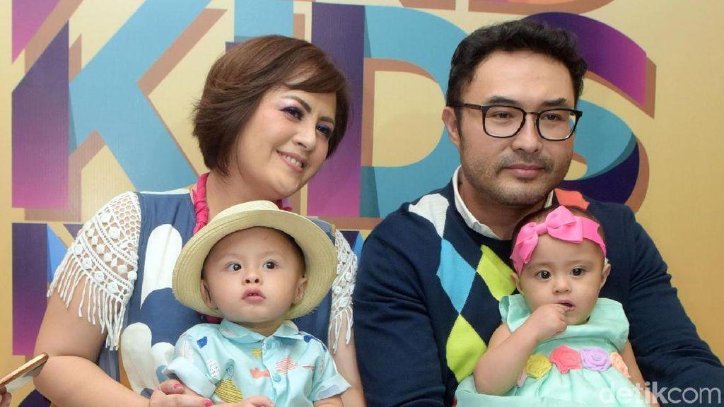 Surya Saputra Tak Masalah Anaknya Pakai Kacamata Sejak Kecil