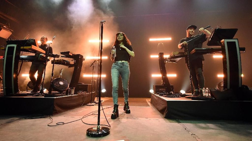 Batal Konser Rabu Ini, Chvrches Janjikan Datang Tahun Depan