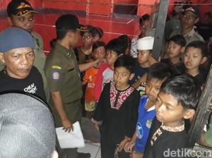 Satpol PP Soreang Bubarkan Anak-anak yang Main Game di Warnet