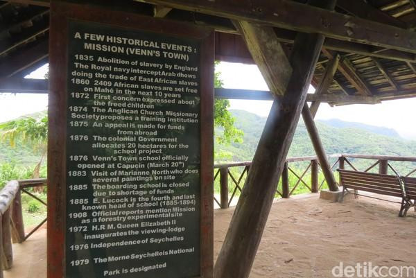 Di dalam gazebo ini ada papan informasi mengenai sejarah dihapusnya perbudakan di Seychelles (Fitraya/detikTravel)