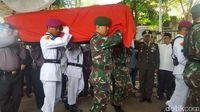 Prosesi pelepasan jenazah AM Fatwa secara militer