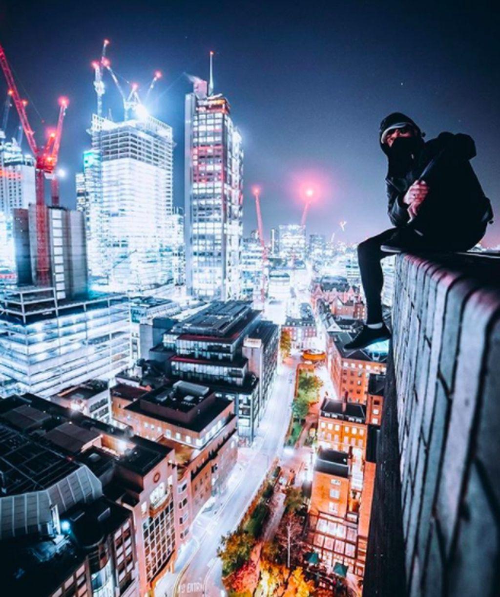 Harry Galagher bermukim di London dan kerap memamerkan aksinya berpose di ketinggian gedung ibukota Inggris itu atau biasa disebut rooftopper. Harry memiliki ratusan ribu follower di Instagram maupun YouTube. Foto: Instagram