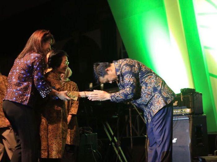 Menpora Imam Nahrawi memberi penghargaan pada 286 mantan atlet (Kemenpora)