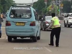 Kesal, Polisi Timpuk Sopir yang Kencing Sembarangan di Matraman