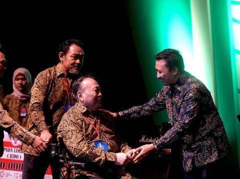 Menpora Imam Nahrawi memberi penghargaan pada mantan atlet