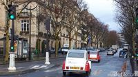 Naik mobil antik Citroen 2CV berkeliling Paris