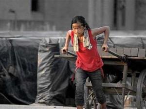 Inspiratif! Gadis Kecil 10 Tahun Rela Jadi Kuli Demi Obati Kakek Neneknya