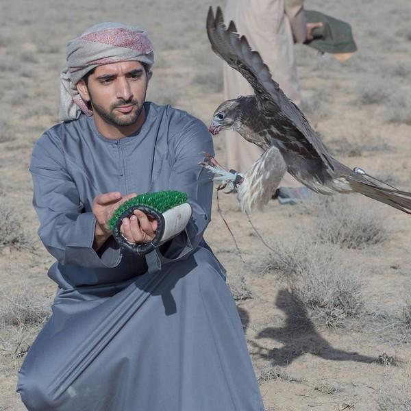 Pangeran yang dikenal dengan panggilan Fazza ini suka berolahraga seperti bermain tenis, bersepeda, berkuda dan juga berburu menggunakan burung elang. (faz3/Instagram)