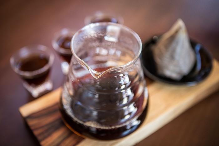 Mengonsumsi kopi di pagi hari dalam keadaan perut kosong bukan ide yang baik. Ini dikarenakan kopi bersifat asam dan bisa memperburuk refluks asam dan masalah pencernaan lainnya. Foto: iStock