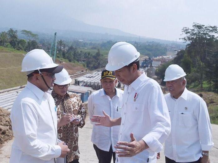 Presiden Joko Widodo sempat meninjau perkembangan proyek Tol Bocimi pada Juni 2017. Berdasarkan data Badan Pengatur Jalan Tol (BPJT) yang diterima detikFinance, Selasa (7/11/2017), tol yang dimulai kembali pengerjaanya pada Juni 2015 lalu ini progres 56,06% secara keseluruhan 15,35 km untuk seksi 1. Sementara untuk pengadaan lahan sudah mencapai 95,57%. Dok. Kementerian PUPR.