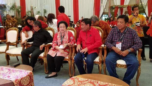 Megawati didampingi Hasto, Djarot, dan Mindo Sianipar